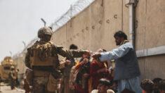 Marine de EE. UU. quien dijo rescatar a un bebé en Kabul es investigado por aparecer en mitin de Trump