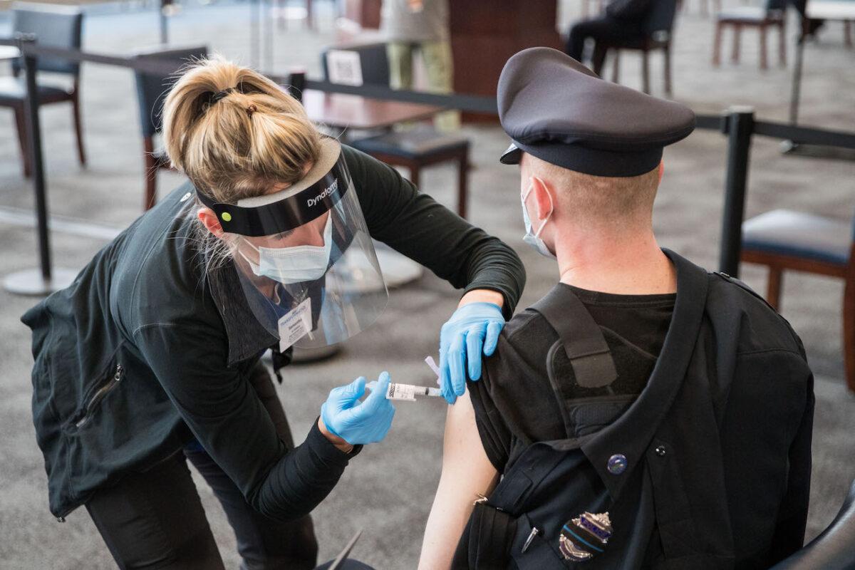 Jueza rechaza intento de sindicato policial de retrasar orden de vacunación en Massachusetts