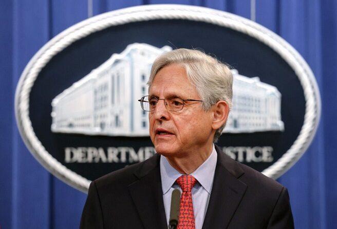 El fiscal general Merrick Garland hace declaraciones en una conferencia de prensa en el Departamento de Justicia en Washington el 5 de agosto de 2021. (Kevin Dietsch/Getty Images)