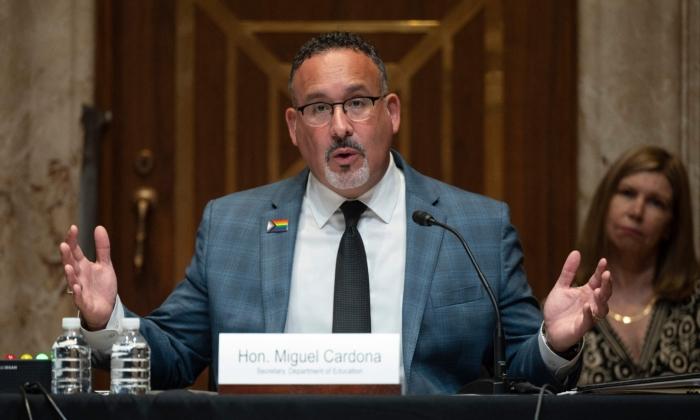 Secretario de Educación de EE. UU. respalda órdenes de vacunación contra COVID en escolares elegibles
