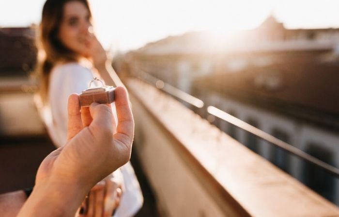 Hombre propone matrimonio a su novia tras incendio de su casa: ¡El anillo estaba entre las cenizas!