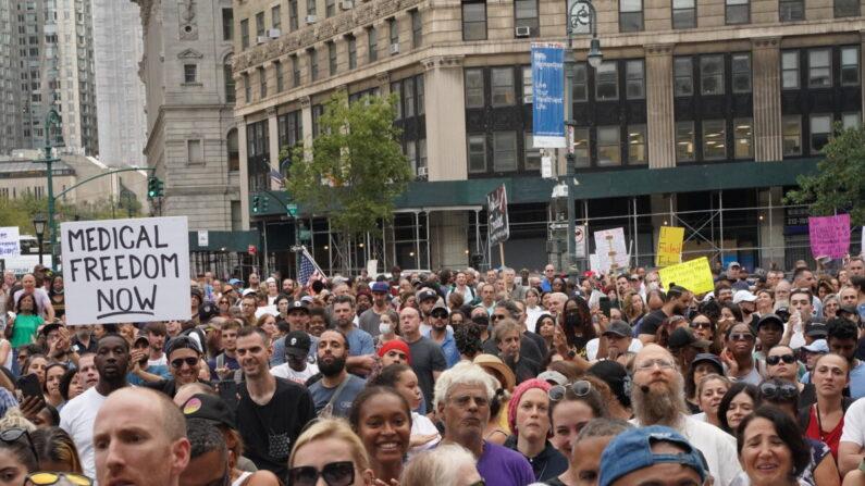 Manifestantes se reúnen para oponerse a la nueva orden de la vacuna COVID-19 en la ciudad de Nueva York el 13 de septiembre de 2021. (Enrico Trigoso/The Epoch Times)