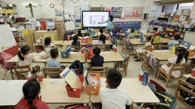 Una clase en la escuela Yung Wing P.S. 124 en la ciudad de Nueva York el 22 de julio de 2021. (Michael Loccisano/Getty Images)