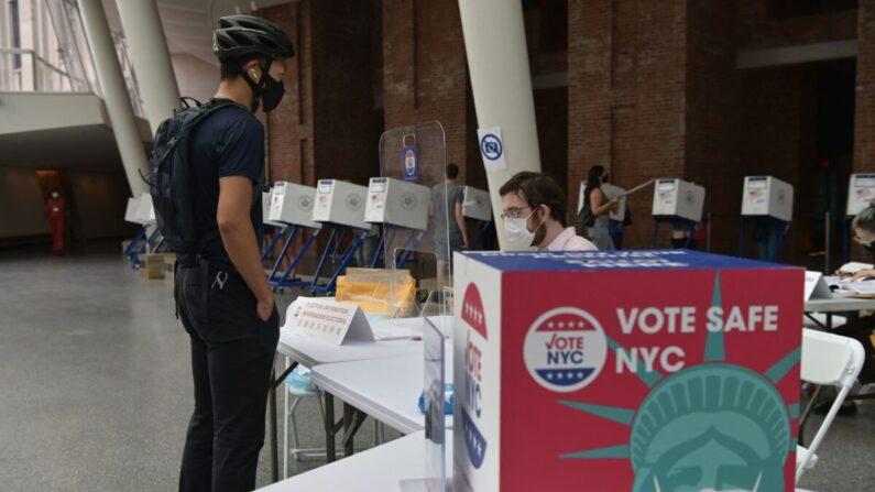 Los residentes votan durante las elecciones primarias a la alcaldía en el colegio electoral del Museo de Brooklyn en la ciudad de Nueva York el 22 de junio de 2021. (Angela Weiss/AFP vía Getty Images)