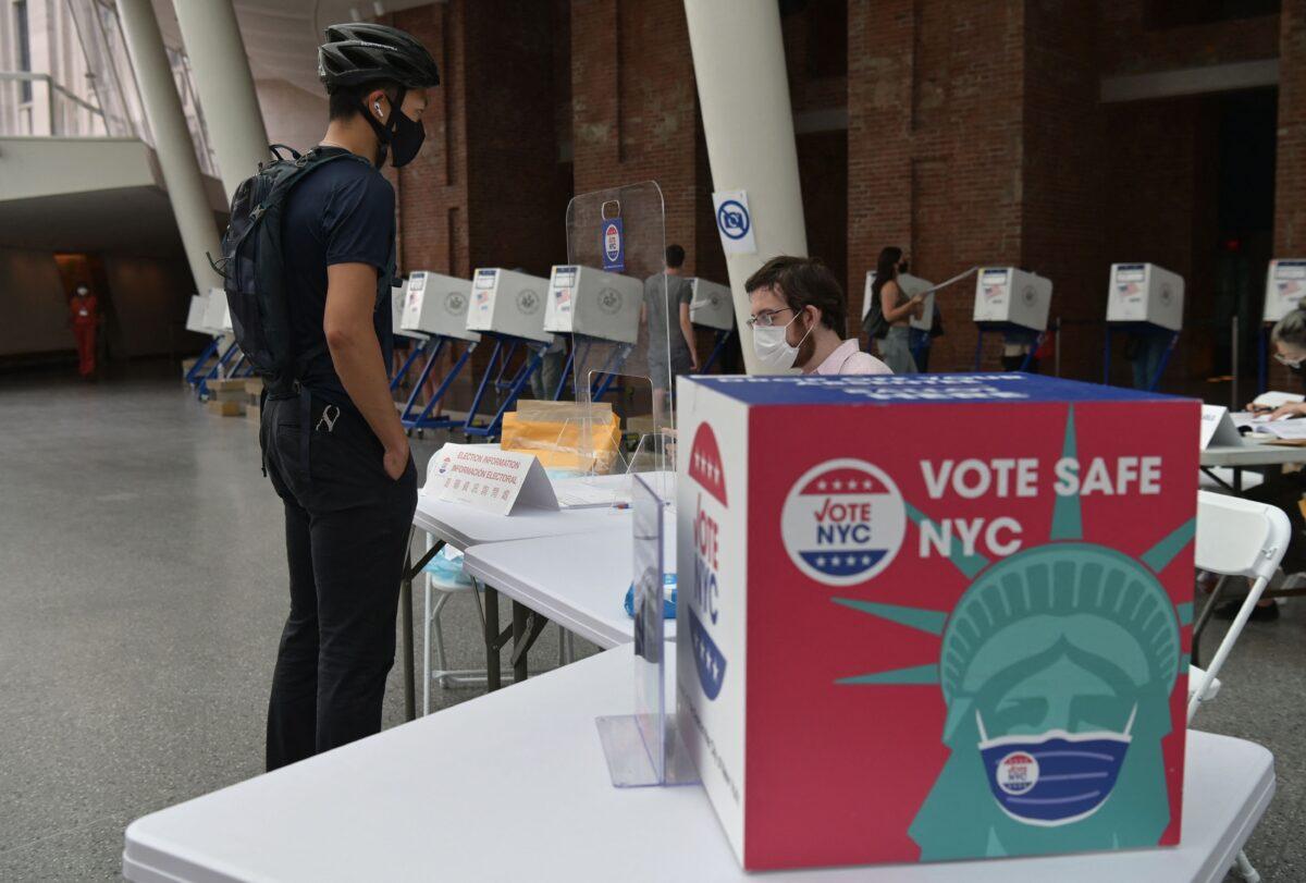 Legisladores de NYC quieren dejar que los no ciudadanos voten en las elecciones locales
