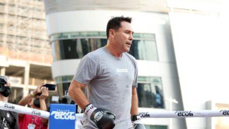 Hospitalizan a Oscar de la Hoya por COVID-19 días antes de su regreso al ring de boxeo