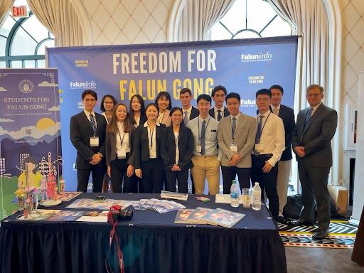 Los voluntarios de Students for Falun Gong (SFFG) asistieron a la Cumbre Internacional de Libertad Religiosa 2021 (IRF) del 13 al 15 de julio de 2021 en Washington, DC. (Cortesía de Minghui.org)