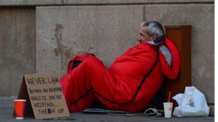 """Maestra fabrica sacos para dormir que reparte a personas sin hogar: """"Podemos marcar la diferencia"""""""