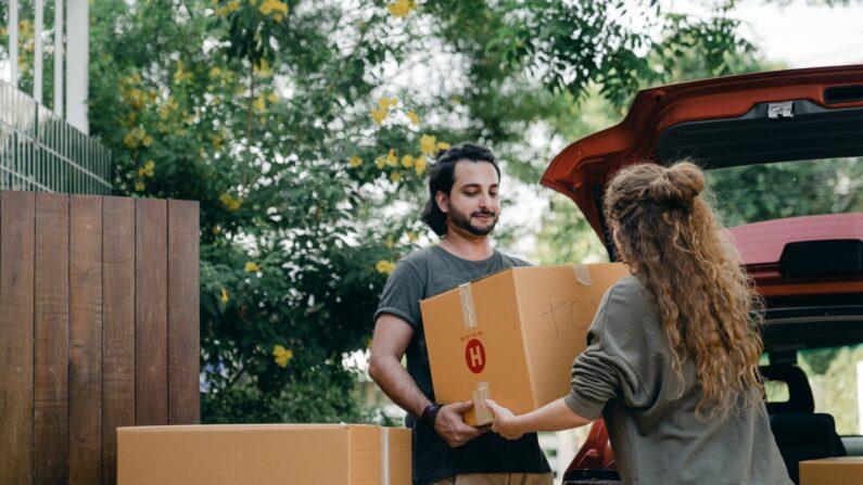 Ordenar antes de mudarse aligerará su carga y le ayudará a prepararse para su futuro hogar para el éxito. (Pexels / Ketut Subiyanto)