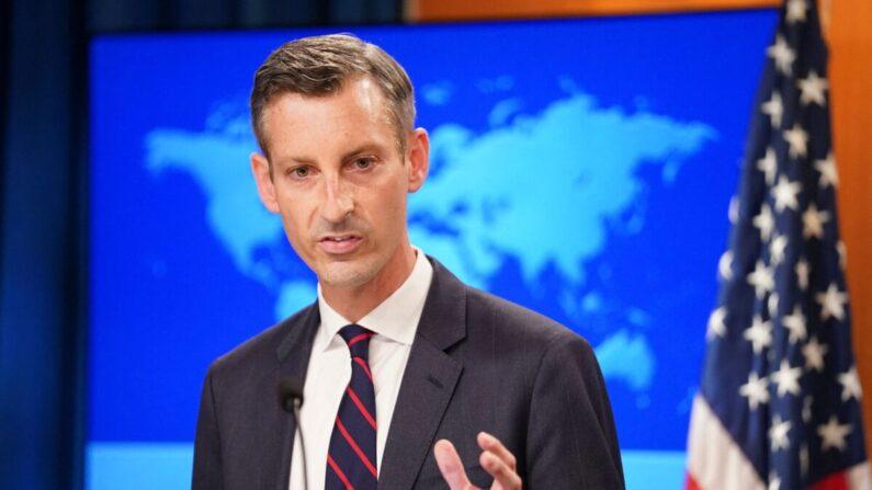 El portavoz del Departamento de Estado de EE.UU., Ned Price, ofrece una rueda de prensa sobre Afganistán en el Departamento de Estado en Washington, el 16 de agosto de 2021. (Kevin Lamarque/Pool/AFP vía Getty Images)