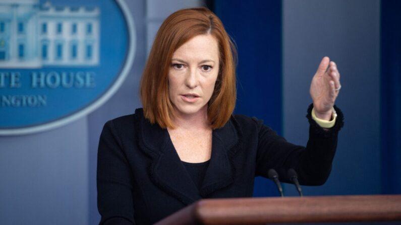 La secretaria de prensa de la Casa Blanca, Jen Psaki, ofrece una conferencia de prensa en la Sala Brady Press Briefing Room de la Casa Blanca en Washington, el 20 de septiembre de 2021. (Saul Loeb/AFP a través de Getty Images)