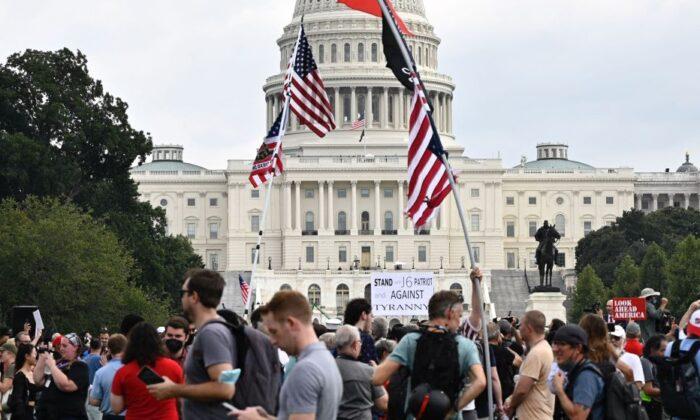 """Los manifestantes se reúnen para el mitin """"Justicia para J6"""" en Washington el 18 de septiembre de 2021. (Pedro Uugarte/AFP a través de Getty Images)"""