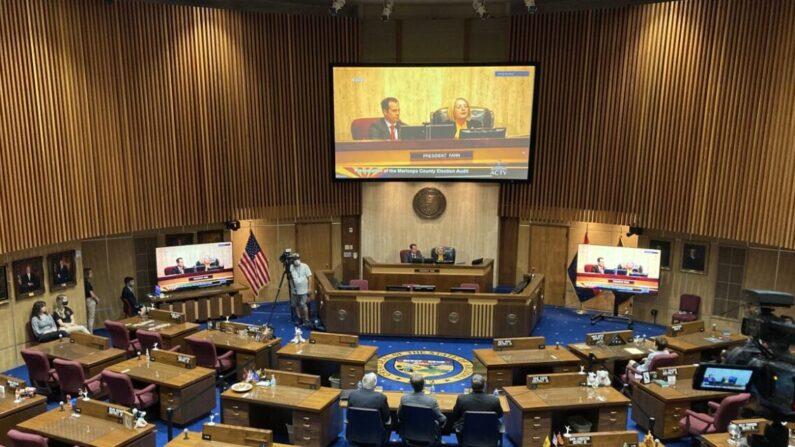El Senado del estado de Arizona analiza los resultados de la auditoría del condado de Maricopa durante una audiencia en el Capitolio del estado de Arizona en Phoenix el 24 de septiembre. (Allan Stein/The Epoch Times)