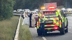 Auto de una novia se avería camino a la iglesia y policía de tráfico salva la boda