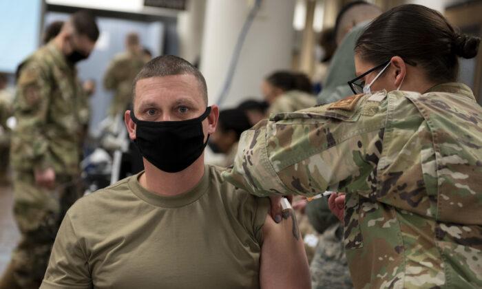 Un miembro de la Fuerza Aérea de EE. UU. recibe una vacuna contra la COVID-19 en la Base Aérea de Osan (República de Corea) el 29 de diciembre de 2020. (Foto de la Fuerza Aérea de EE. UU. por la sargento Betty R. Chevalier vía Getty Images)