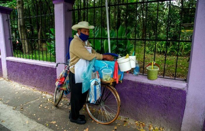Imagen ilustrativa. Un hombre con mascarilla vende tacos en una calle de Ciudad de México, el 15 de septiembre de 2020 en medio de la pandemia del nuevo coronavirus COVID-19. (CLAUDIO CRUZ/AFP vía Getty Images)