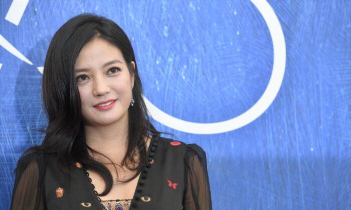 La actriz china Zhao Wei, miembro del jurado del 73º Festival de Cine de Venecia, posa durante un photocall, el 31 de agosto de 2016 en el Lido de Venecia. (TIZIANA FABI/AFP vía Getty Images)