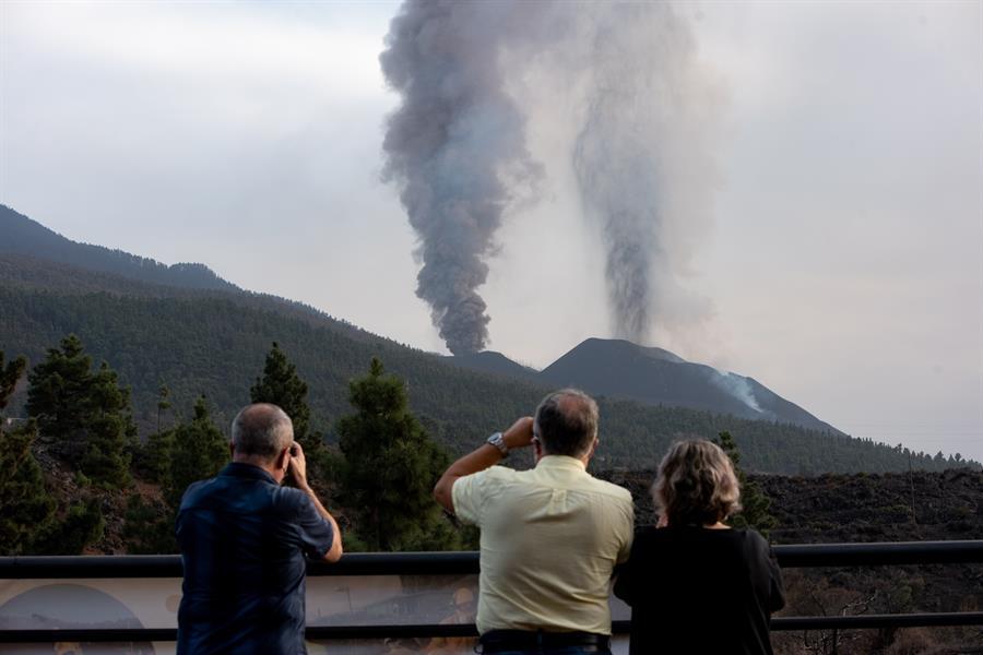 La erupción del volcán de La Palma sigue fuerte y la segunda colada llegará al mar en horas