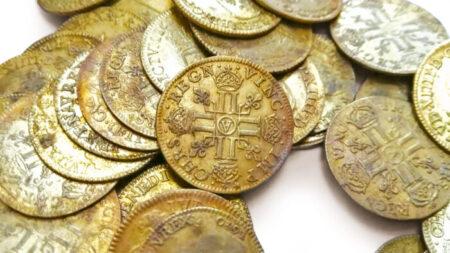 Descubren 239 monedas de oro del siglo XVIII en la pared de una mansión en remodelación en Francia