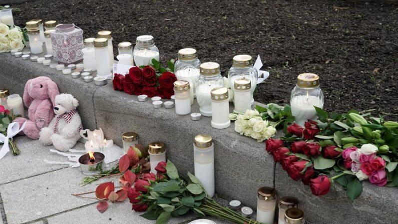 """El ataque ocurrido este miércoles 13 de octubre de 2021 en Kongsberg (suroeste de Noruega), en el que un converso al islam radicalizado mató a cinco personas e hirió a dos con un arco y flechas, """"apunta"""" a un atentado terrorista, informaron este jueves los servicios de inteligencia. EFE/EPA/Terje Pedersen Noruega"""