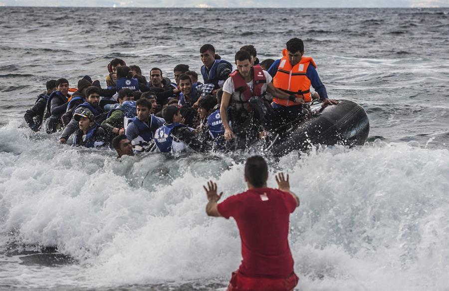 """Califican de """"milagro"""" rescate de 25 migrantes en embarcación a la deriva en la costa de California"""