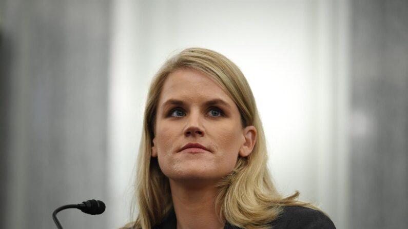 La denunciante de Facebook, Frances Haugen comparece ante el Subcomité de Comercio, Ciencia y Transporte del Senado en el edificio de oficinas del Senado Russell en Washington, DC, EE. UU., 05 de octubre de 2021. (EFE/EPA/Matt McClain/POOL)