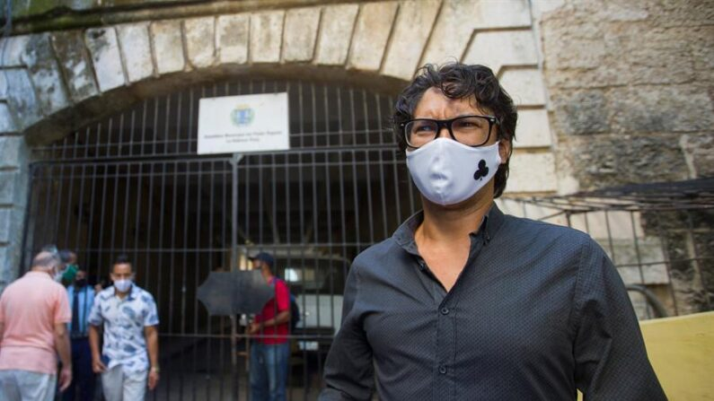 El opositor cubano Yunior García habla con la prensa extranjera acreditada en Cuba, tras salir del edificio de la intendencia del municipio Habana Vieja, donde el régimen le denegó el permiso para llevar a cabo una marcha pacífica el próximo 15 de noviembre, foto tomada el 12 de octubre de 2021, en La Habana (Cuba). EFE/Yander Zamora