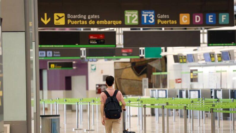 Un pasajero camina por el aeropuerto Adolfo Suárez Madrid Barajas (España), en una fotografía de archivo. EFE/Chema Moya