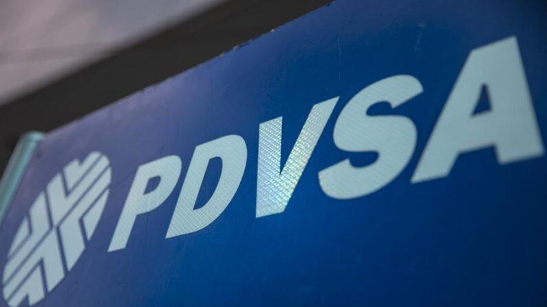 Un logotipo en una estación de servicio de gasolina de Petróleos de Venezuela (PDVSA) en fotografía de archivo. EFE/Miguel Gutiérrez