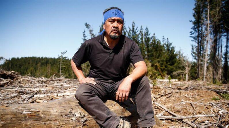 Héctor Llaitul, el werkén o portavoz de la Coordinadora Arauco Malleco (CAM), organización que reivindica la autonomía del pueblo mapuche frente al Estado de Chile, posa en entrevista con Efe el 9 de octubre de 2021 en los alrededores de la sureña ciudad de Carahue (Chile), situada en la región de la Araucanía. EFE/José Caviedes