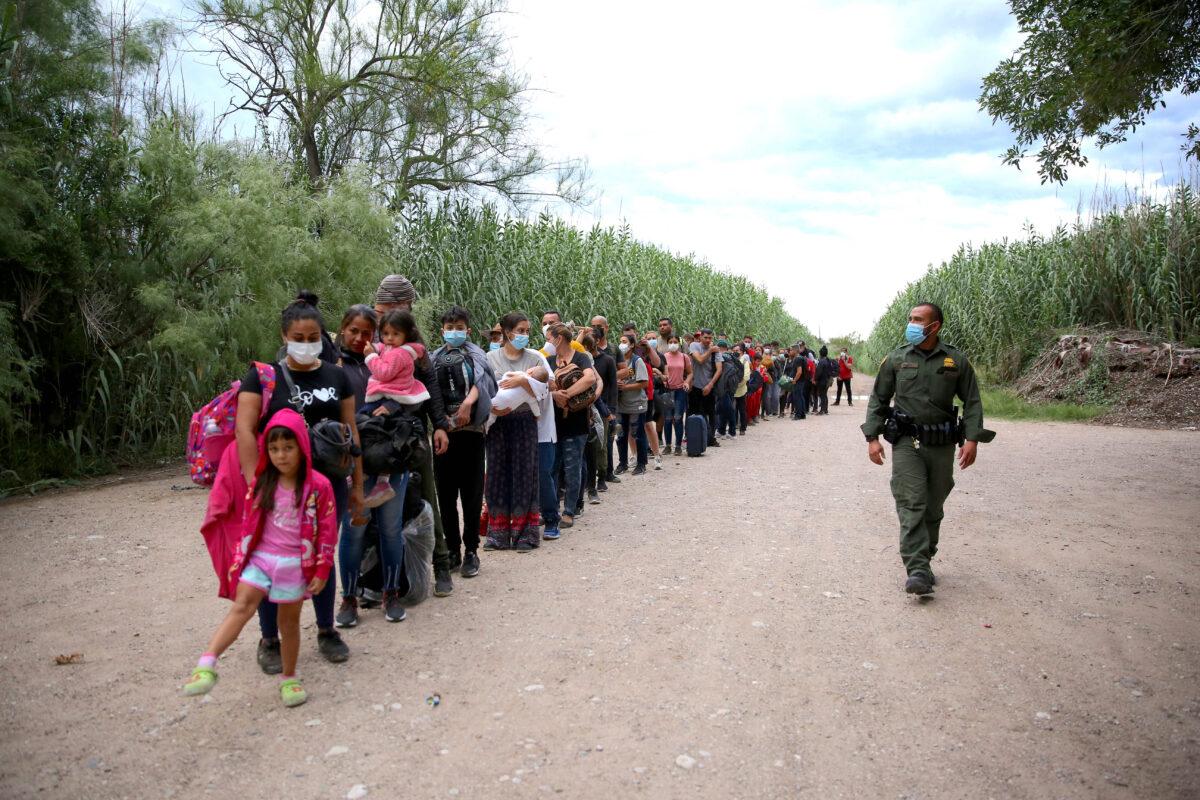 Arrestos de la Patrulla Fronteriza rompen todos los récords en la frontera sur