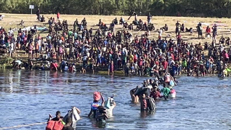 Los inmigrantes ilegales cruzan el Río Grande entre Del Río y Acuña, México. Algunos cruzan de vuelta a México para evitar la deportación de Estados Unidos, en Acuña, México, el 20 de septiembre de 2021. (Charlotte Cuthbertson/The Epoch Times)