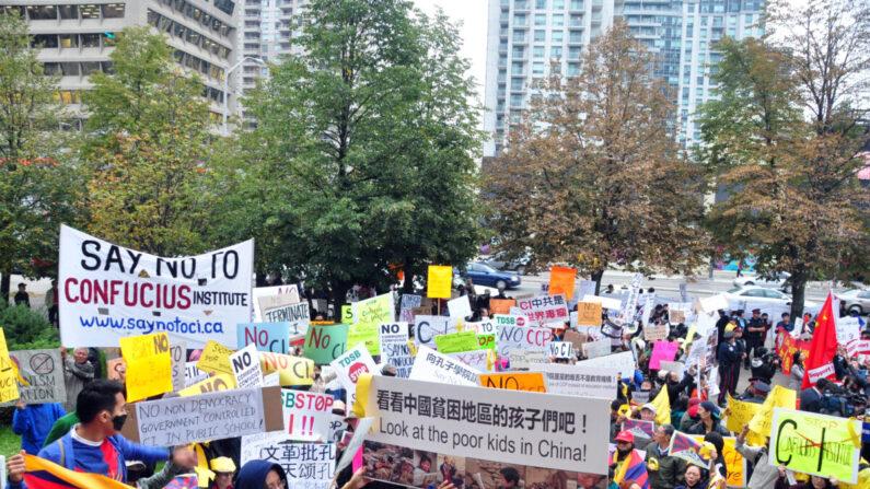 Los opositores a los Institutos Confucio se manifiestan frente a la Junta Escolar del Distrito de Toronto el 1 de octubre de 2014. (Zhou Xing/The Epoch Times)
