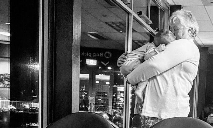 Madre agotada con dos niños inquietos se sorprende por la bondad de una desconocida