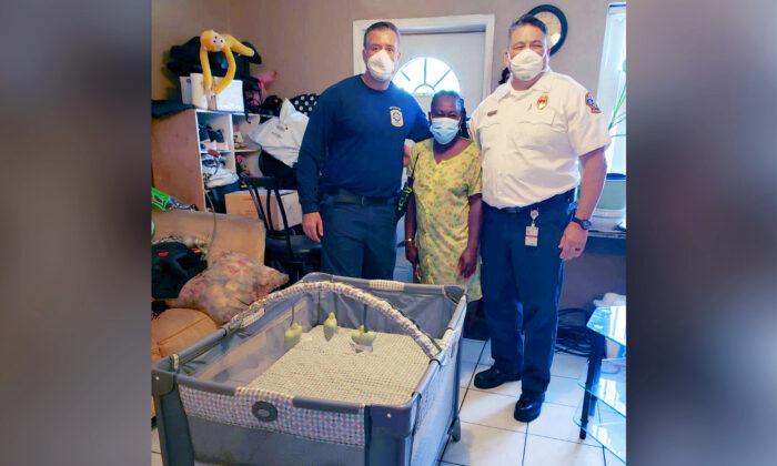 Bomberos regalan una cuna a familia de un bebé tras ver el riesgo de síndrome por muerte súbita
