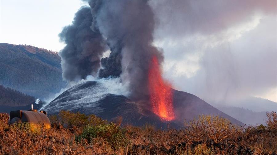 Las coladas ganan altura mientras sigue temblando la tierra en La Palma