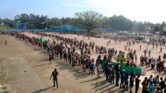 Miles de migrantes se reúnen en estadio del sur de México para pedir refugio