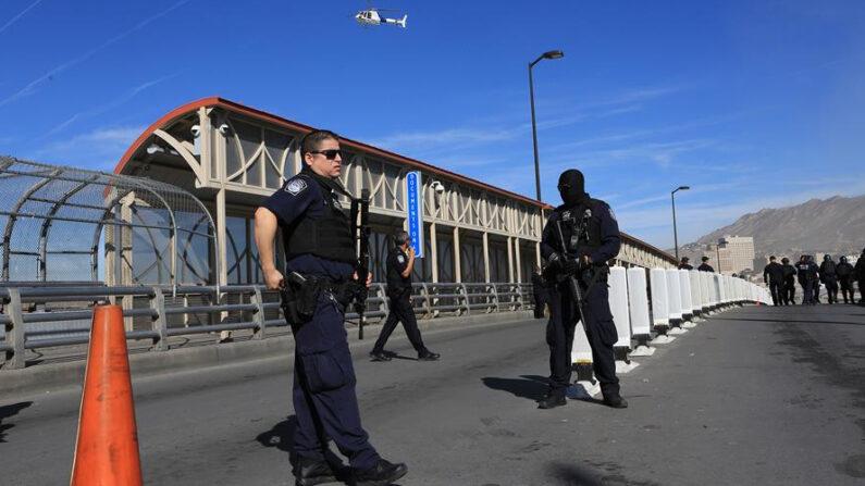 Fotografía de archivo donde aparecen varios miembros de la policía estadounidense de protección fronteriza del Paso, en el estado de Texas (EE.UU.). EFE/Héctor Dayer