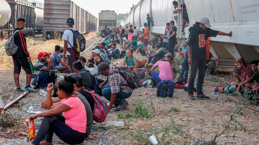 Autoridades interceptan a casi 200 migrantes en el centro de México