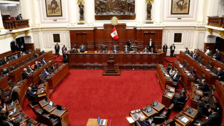 Congreso de Perú ratifica una ley que limita facultades del presidente