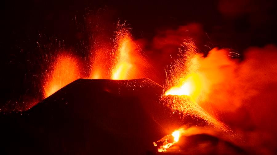 Derrumbe parcial del cono principal del volcán español en erupción