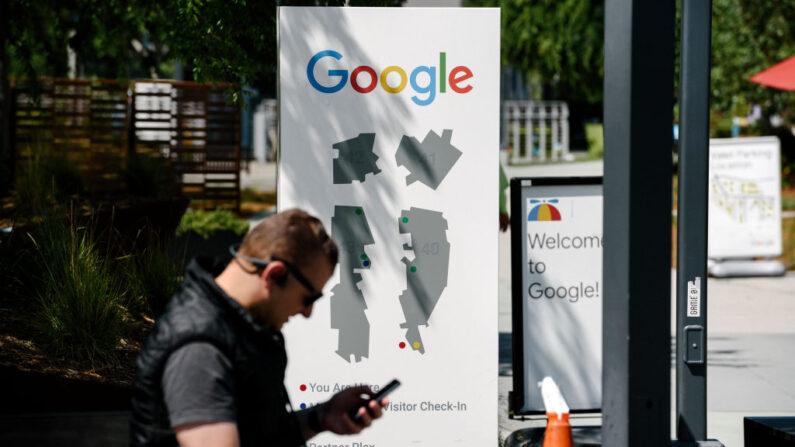 Un hombre usa un dispositivo móvil en el campus de Google, el 1 de mayo de 2019, en Mountain View, California. (Michael Short/Getty Images)