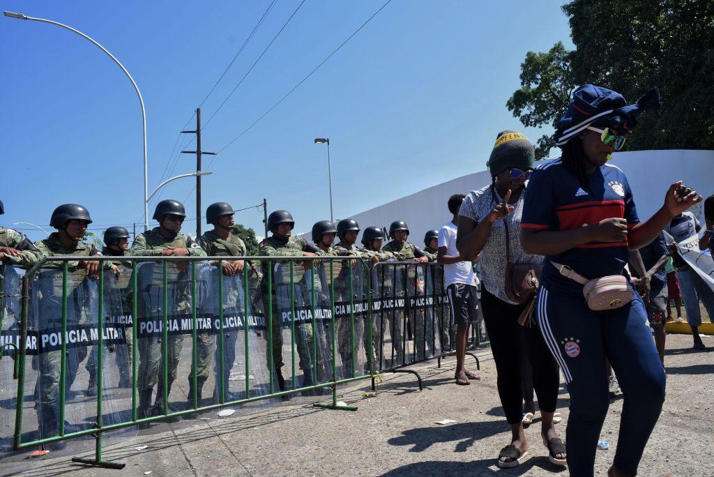 Caravana de 2000 personas rompe bloqueo de la policía mexicana cerca de la frontera con Guatemala