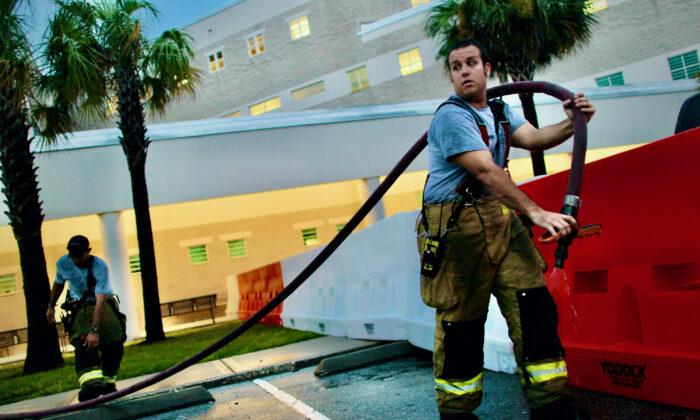 Bomberos de Florida dicen que orden de vacunación del condado causa divisiones en equipos de rescate