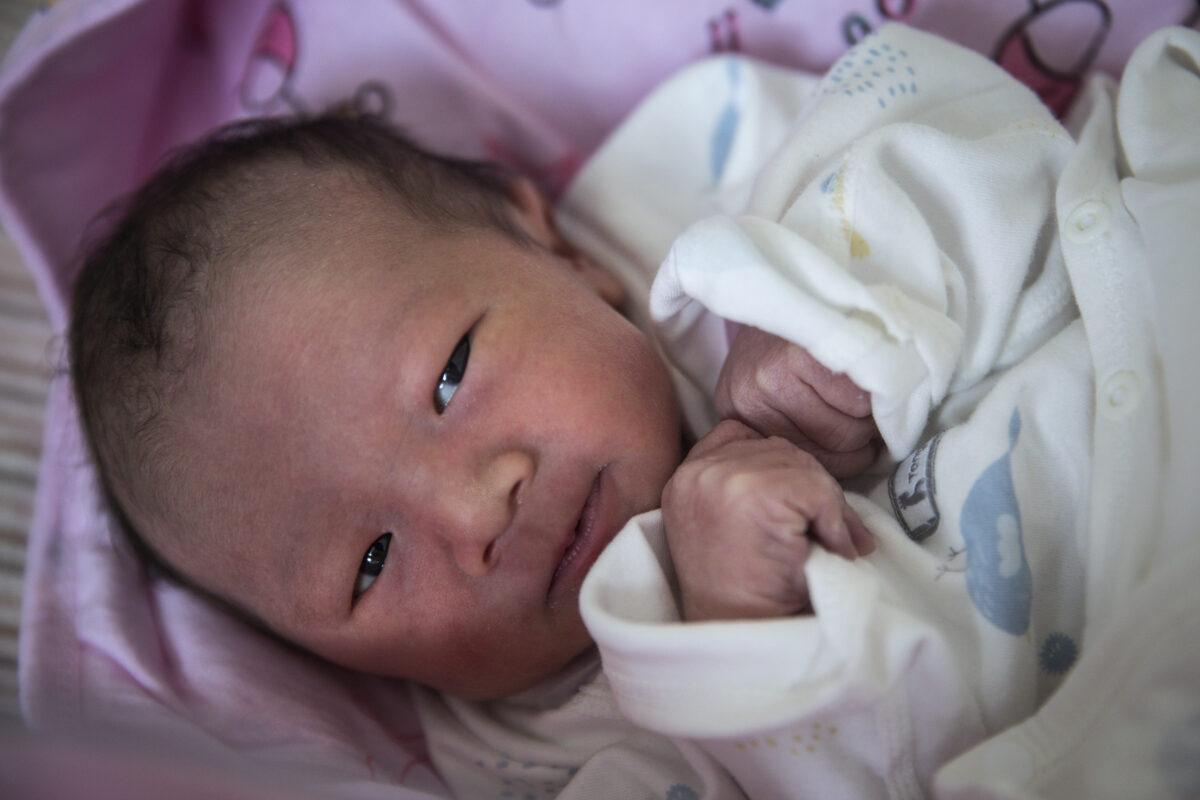 """Pareja china encuentra la forma de """"adoptar"""" un bebé del mercado negro"""
