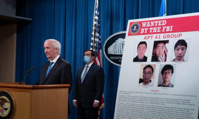 El vicefiscal general Jeffery Rosen habla con los medios de comunicación sobre los cargos y detenciones relacionados con una campaña de intrusión informática vinculada al régimen chino por parte de un grupo llamado APT 41 en el Departamento de Justicia en Washington, el 16 de septiembre de 2020. (Tasos Katopodis-Pool/Getty Images)