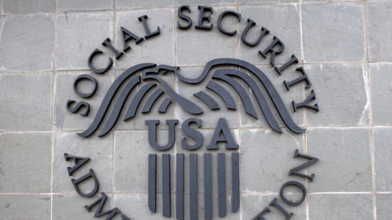 El logotipo de la Administración del Seguro Social de EE. UU. en un edificio del Seguro Social en Burbank, California, el 5 de noviembre de 2020. (Valerie Macon/AFP a través de Getty Images)