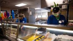"""Problemas de cadena de suministro """"sin precedentes"""" afecta a cafeterías escolares en todo EE. UU."""