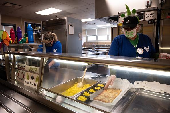 """Problemas de cadena de suministro """"sin precedentes'' afecta a cafeterías escolares en todo EE. UU."""