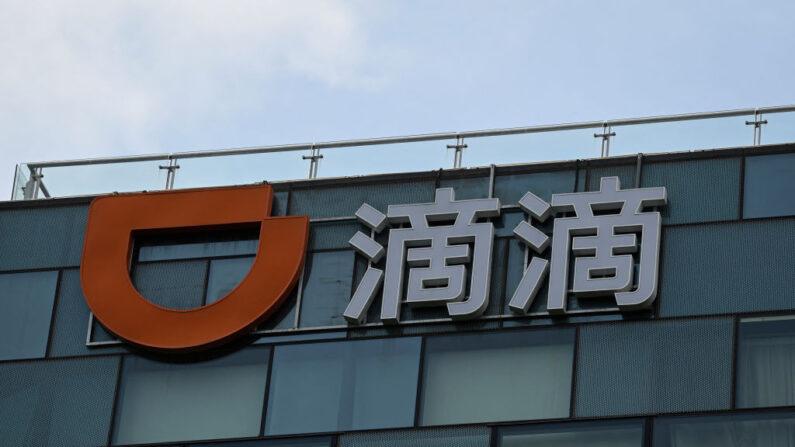 Un logotipo del gigante chino de transporte de pasajeros Didi Chuxing en su sede en Beijing, el 2 de julio de 2021. (JADE GAO/AFP a través de Getty Images)